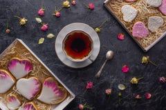 Configuration plate de jour de valentines de St avec les biscuits en forme de coeur vitrés Photo stock