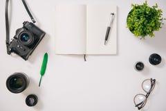 Configuration plate de la plume verte entouré par des objectifs de caméra Photographie stock libre de droits