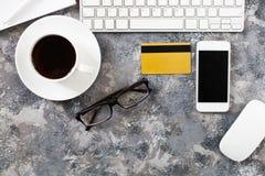 Configuration plate de lieu de travail dans le bureau avec des accessoires d'affaires Corpo Photos stock