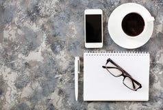 Configuration plate de lieu de travail dans le bureau avec des accessoires d'affaires Corpo Image stock