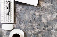 Configuration plate de lieu de travail dans le bureau avec des accessoires d'affaires Corpo Photographie stock