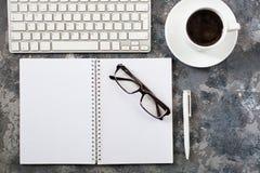 Configuration plate de lieu de travail dans le bureau avec des accessoires d'affaires Corpo Photo libre de droits