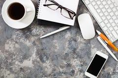 Configuration plate de lieu de travail dans le bureau avec des accessoires d'affaires Corpo Images stock
