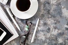 Configuration plate de lieu de travail dans le bureau avec des accessoires d'affaires Corpo Photographie stock libre de droits