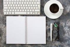 Configuration plate de lieu de travail dans le bureau avec des accessoires d'affaires Corpo Photo stock