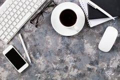 Configuration plate de lieu de travail dans le bureau avec des accessoires d'affaires Corpo Images libres de droits