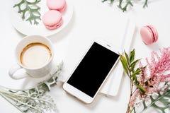 Configuration plate de media social avec du café, les fleurs et le smartphone Photos libres de droits