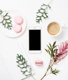 Configuration plate de media social avec du café, les fleurs et le smartphone Images libres de droits