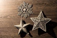Configuration plate de Noël d'arbre de décorations argentées d'étoile sur le bois Image stock