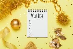 Configuration plate de Noël d'or avec le carnet vide pour votre texte photo libre de droits