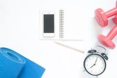 Configuration plate de smartphone avec des équipements de yoga de sport Images libres de droits