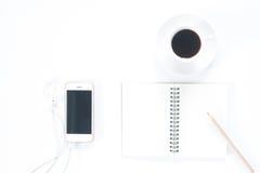 Configuration plate de smartphone avec la tasse vide de carnet et de café Image stock