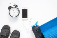 Configuration plate de smartphone avec le réveil et l'équipement de yoga de sport Image stock