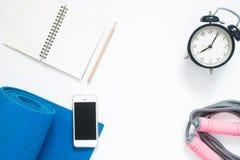 Configuration plate de smartphone avec les équipements et l'horloge de yoga de sport Image stock