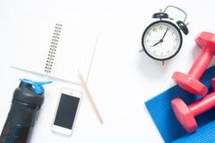 Configuration plate de smartphone avec les équipements et l'horloge de yoga de sport Images libres de droits