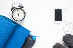 Configuration plate de smartphone avec les équipements et l'horloge de yoga de sport Image libre de droits