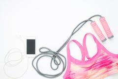 Configuration plate de smartphone et d'équipements de sport sur le fond blanc Photo libre de droits