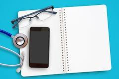 Configuration plate de stéthoscope bleu, de verres et de téléphone intelligent mobile dessus photographie stock