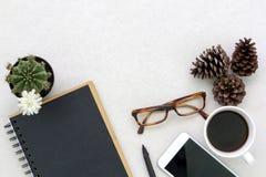 Configuration plate de table supérieure avec des accessoires sur le fond blanc avec l'espace vide pour le texte Image stock