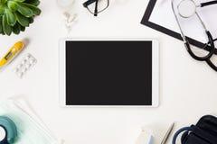 Configuration plate de Tablette de Digital et d'instruments médicaux sur le Tableau Image libre de droits