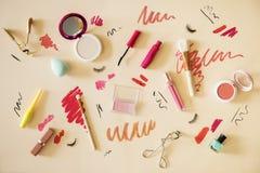 Configuration plate des échantillons de maquillage de femme image stock