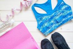 Configuration plate des équipements de forme physique Concept sain et de régime Yoga m Photos stock