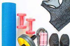 Configuration plate des équipements de sport avec le soutien-gorge de sport d'isolement sur le blanc Photos libres de droits