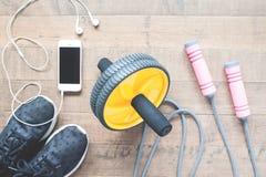 Configuration plate des équipements de sport et du smartphone sur le fond en bois Image libre de droits