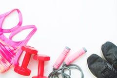 Configuration plate des équipements de sport femelles dans la couleur rose et rouge avec l'espadrille noire Photographie stock libre de droits