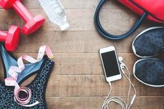 Configuration plate des équipements de téléphone portable et de forme physique avec la mesurer-bande sur le fond, le sport et sai Photos stock