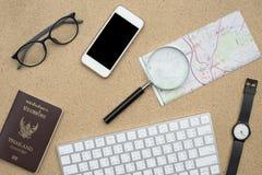Configuration plate des accessoires sur le bureau en bois Photos stock