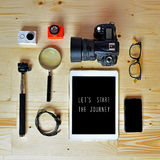 Configuration plate des accessoires sur le bureau en bois Photographie stock