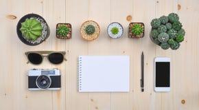 Configuration plate des accessoires sur le bureau en bois Image stock