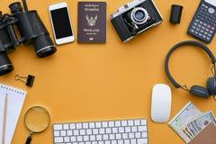 Configuration plate des accessoires sur le fond orange de bureau Photo libre de droits