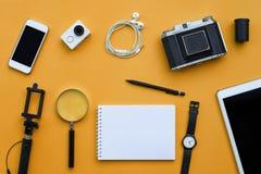 Configuration plate des accessoires sur le fond orange de bureau Images libres de droits