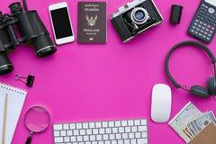 Configuration plate des accessoires sur le fond rose de bureau Image libre de droits