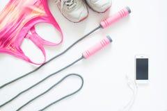 Configuration plate des articles de sport dans le concept rose avec le périphérique mobile Image libre de droits
