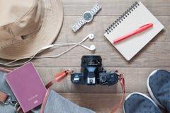 Configuration plate des articles et des accessoires de voyage avec l'appareil-photo Photographie stock