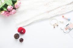 Configuration plate des bases et de la bague de fiançailles de jeune mariée sur le blanc Photographie stock libre de droits