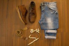 Configuration plate des blues-jean occasionnelles, de la ceinture en osier et du bowtie à carreaux Image stock