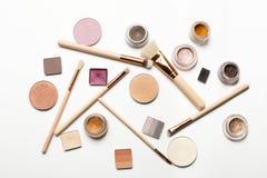 Configuration plate des brosses de maquillage, barre de mise en valeur, fard à paupières crème, GE de front photographie stock libre de droits