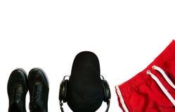 Configuration plate des espadrilles noires et des shorts rouges sur les WI blancs de fond photo stock