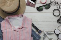 Configuration plate des femmes d'habillement à voyager concept Photographie stock