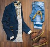 Configuration plate des vêtements sport des hommes réglés et des chaussures sur le Ba en bois brun Photographie stock libre de droits