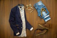 Configuration plate des vêtements sport des hommes réglés et des chaussures sur le Ba en bois brun Photo libre de droits