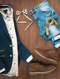 Configuration plate des vêtements sport des hommes réglés et des chaussures sur le Ba en bois brun Photos libres de droits