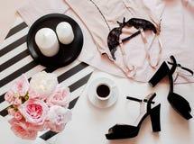 Configuration plate, magazines, media social Lingerie de dentelle de rose de vue supérieure Concept de blog de beauté Accessoires images stock