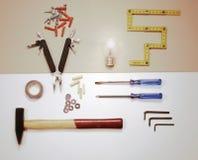 Configuration plate - outils de travail et ampoule - concept de solution photo libre de droits