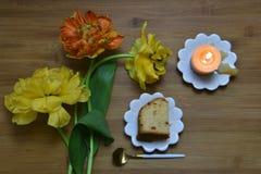 Configuration plate rustique avec les tulipes et le gâteau Images libres de droits