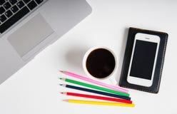 Configuration plate sur l'espace de travail en bois blanc avec l'ordinateur portable, l'instrument de téléphone portable, les app Photographie stock libre de droits